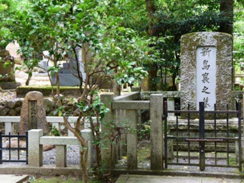 新島襄の墓(右)と八重の墓(左)