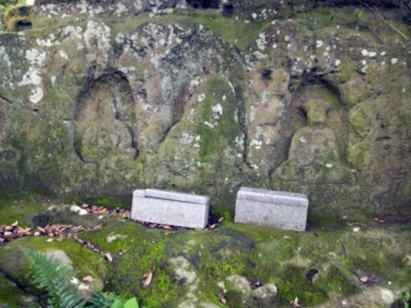 風化が進んでいるものの如意輪観音、血盆地蔵、閻魔大王が岩に彫られているのが分かる