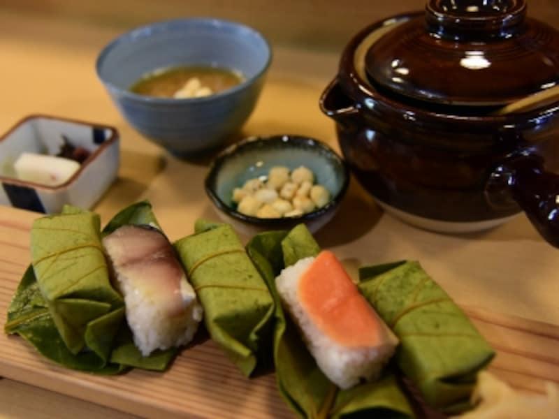 柿の葉ずしと茶粥のセット。『平宗』では奈良名物にふさわしく、米は地元産のヒノヒカリを使用している