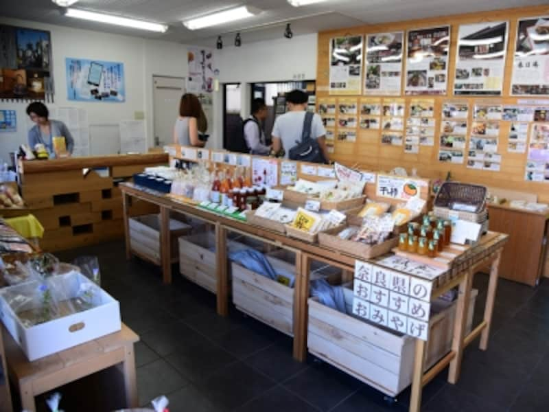 ならまちの情報発信のほか、奈良県の特産品をお土産として販売