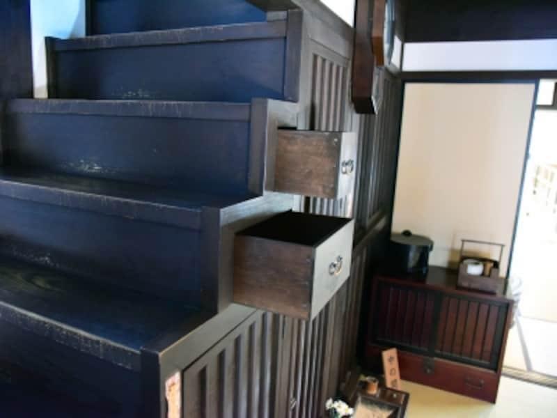 階段にたくさんの引き出しがある。省スペースの知恵