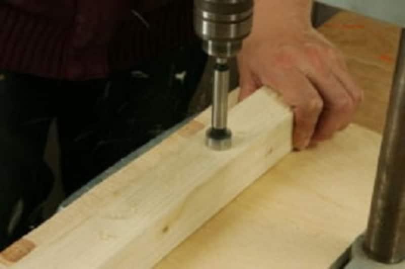 折りたたみテーブルのDIY・ドリルスタンドを使用して穴あけ