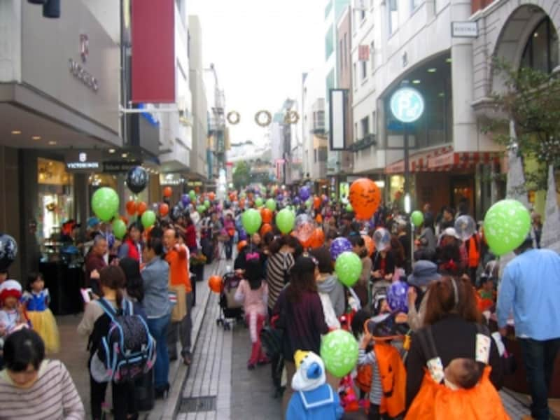 元町ショッピングストリートの石畳が仮装した子どもたちでいっぱいに!(画像提供:元町SS会)