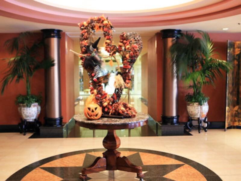 ローズホテル横浜2階ロビーにハロウィンのディスプレイが登場。2018年の様子(画像提供:ローズホテル横浜)