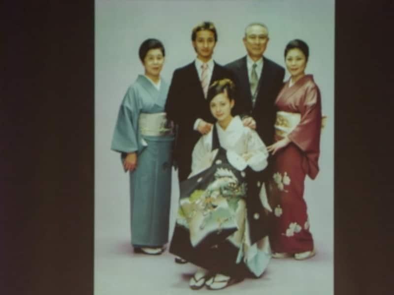 眞弓さん(右端)が着ている着物は、おばあちゃま(左端)から受け継いだもの。