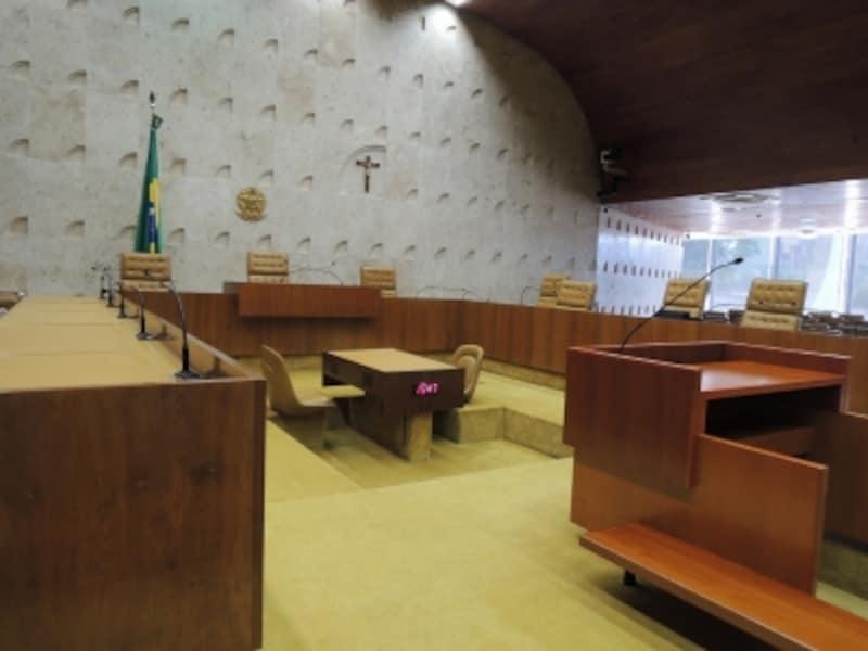 大法廷undefined左右・背後に傍聴席があります