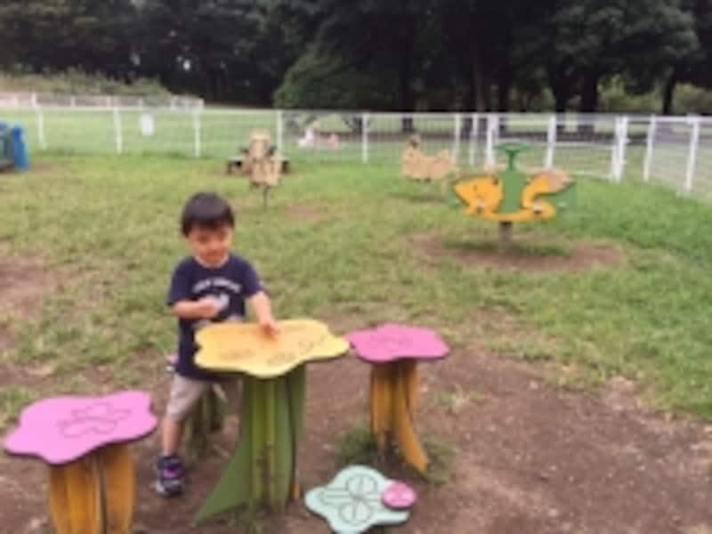 ままごと遊びをする3歳児