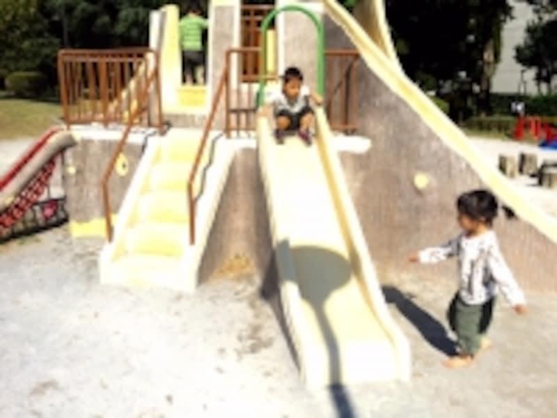 公園で遊ぶ幼児たち