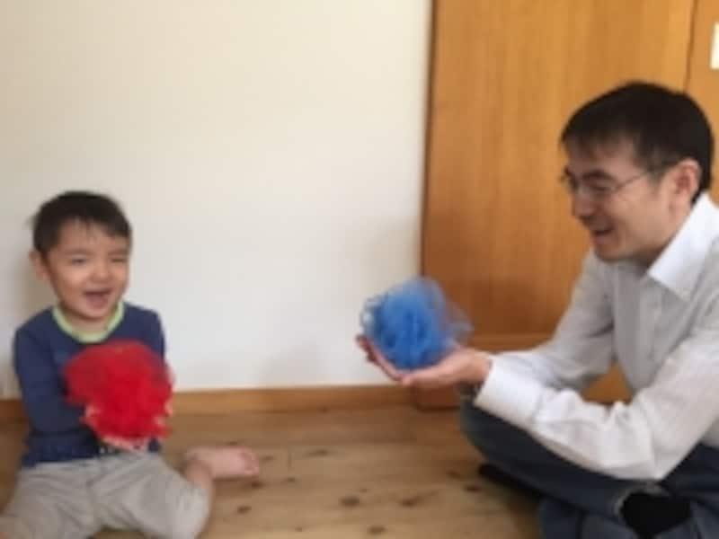 3歳児と遊ぶお父さん