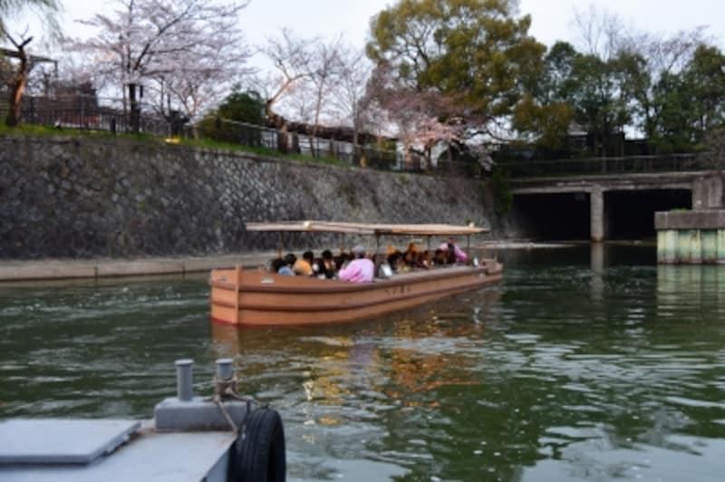 乗船場から出航する十石舟