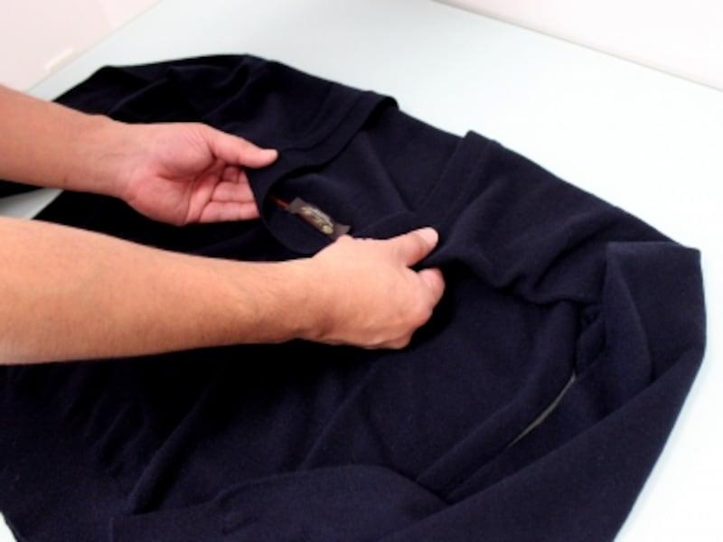 襟ぐりを、背中側に折る。