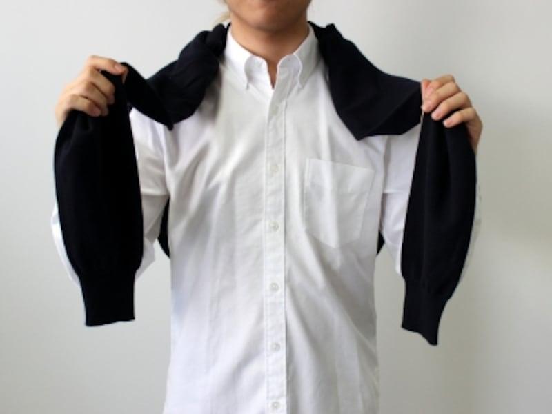 肩にカーディガンの袖をかけて、背中に垂らす。