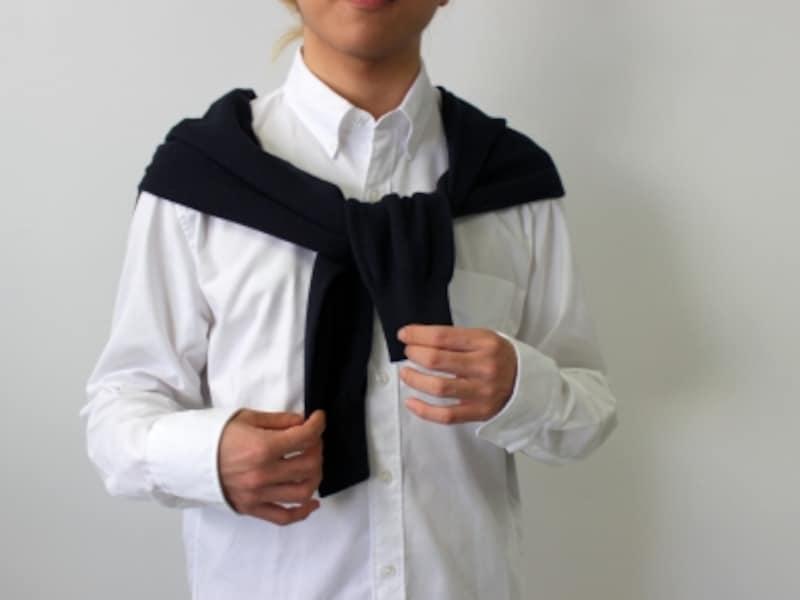 肩から垂らした袖部分を軽く結ぶ。