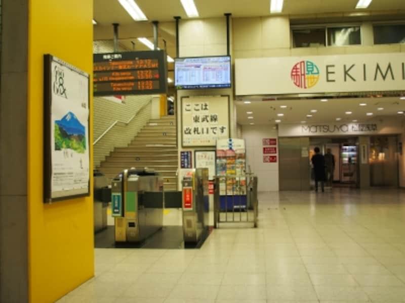 エキミセという商業施設を通り抜ける