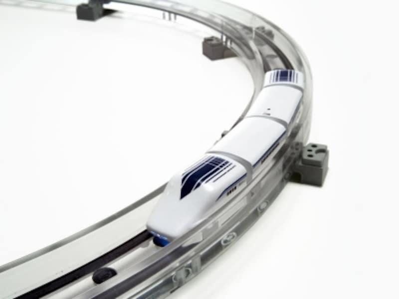 磁力を使って約2mm浮上して走行。夢のリニアモーターカーが本物より一足早く自宅で開通します。日本おもちゃ大賞2015イノベイティブ・トイ部門大賞受賞玩具