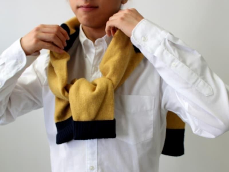 袖をひと結びしてから、襟を立てるように袖部分にボリュームを持たせる。