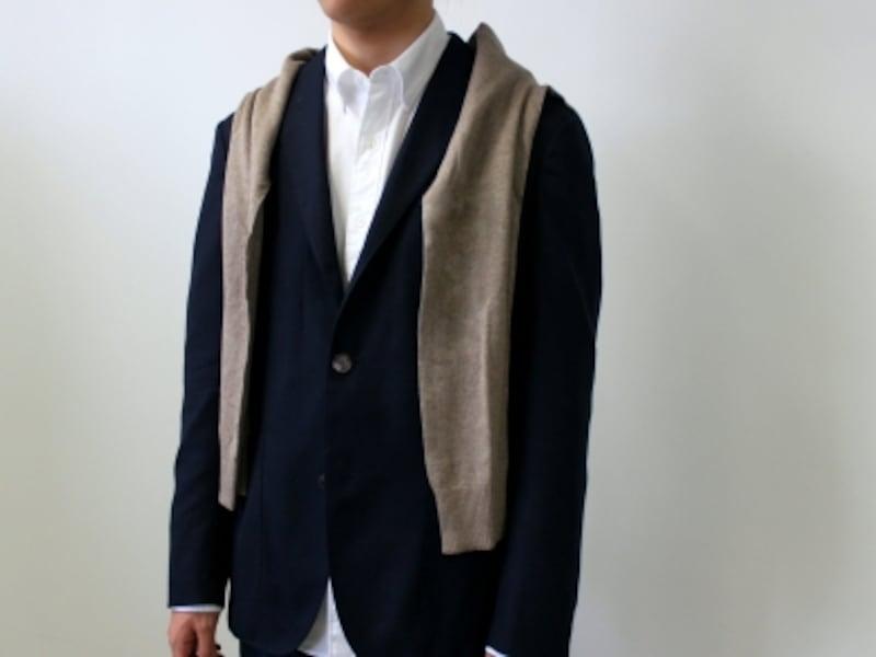 今までと同様、ジャケットの上から、セーターを羽織るようにして、肩から袖を垂らす。
