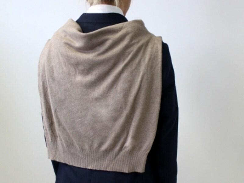 首の後ろの部分のセーターにゆとりを持たせる。