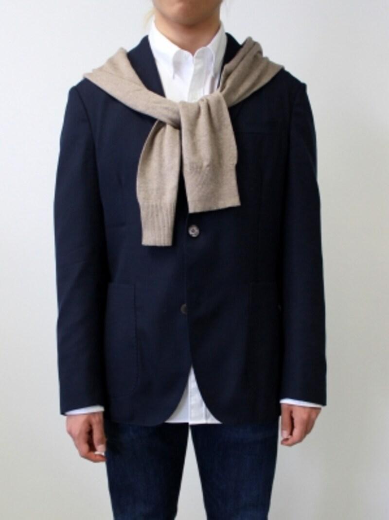 ジャケットの上に巻くことで、カジュアルさがプラスされる。