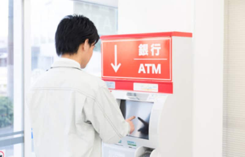 ATMでお金をすぐおろす人が貧乏な理由とは