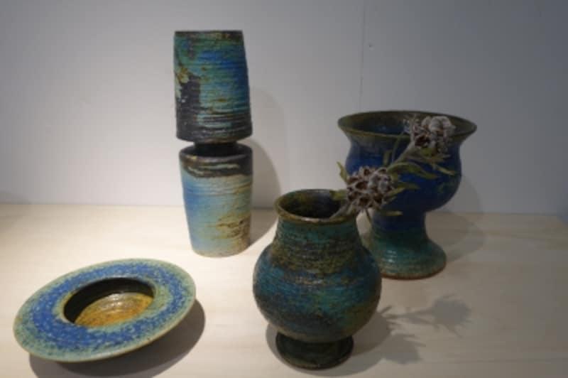 独特の深いブルーとゴツゴツした質感が特徴的。AnnikkiHovisaari等の作品。