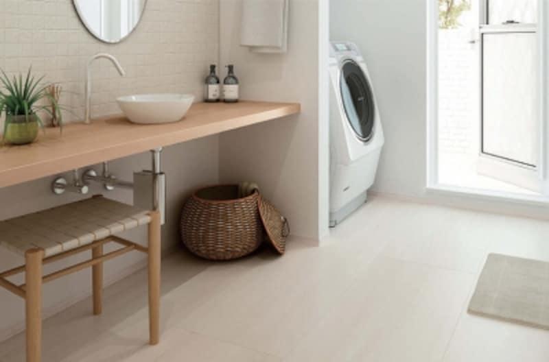 表面が濡れていても滑りにくい洗面専用の床材。水や汚れが浸透しにくいので、お手入れも簡単。[洗面専用フローリングundefinedスリップケア〈ミューズホワイト〉YN92-BH]undefinedDAIKENhttps://www.daiken.jp/