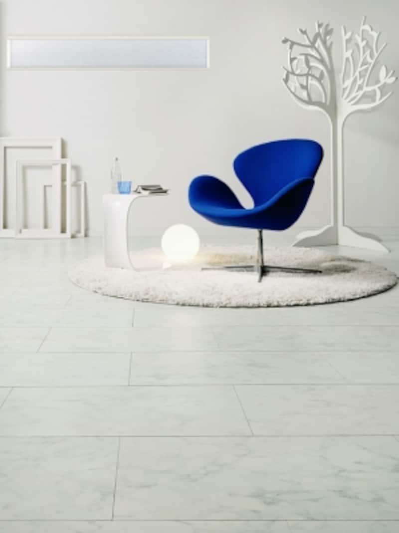 表情豊かな明るい色調の石目柄。独自の処理を施したハイパーフィルムで床材表面の耐久性能が向上。[ハーモニアス12(ピュアマーブル調)]undefinedLIXILundefinedhttp://www.lixil.co.jp/