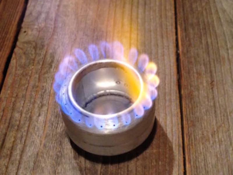 アルミ缶を組み合わせただけなのに本格的なアウトドアとしての機能を果たすアルミ缶ストーブ