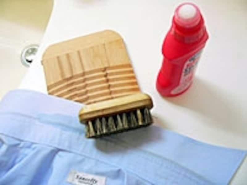まずは襟やそで口の部分洗いを。塗るタイプの洗剤は便利。