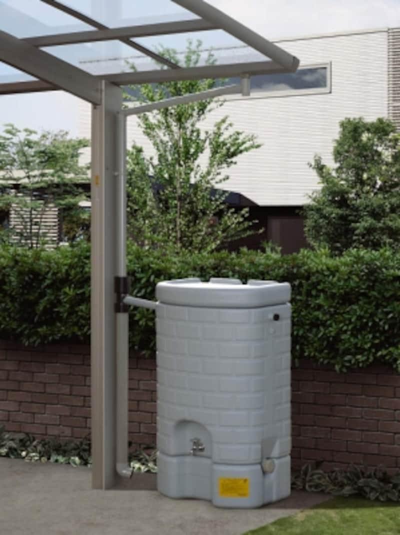 カーポートの雨樋に接続が可能な貯水タンク。本体は光を通さないため、藻や苔が繁殖する心配がほとんどない。[グリーンブリック雨水タンク]undefinedYKKAPhttp://www.ykkap.co.jp/