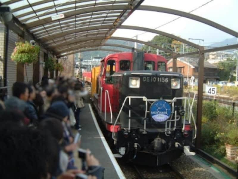 嵯峨野観光鉄道のトロッコ列車(3)/トロッコ嵯峨駅に入線してきたトロッコ列車