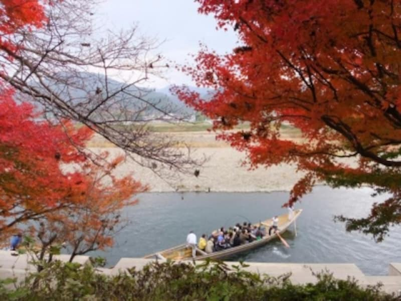 保津川の紅葉と保津川下りの舟(2)