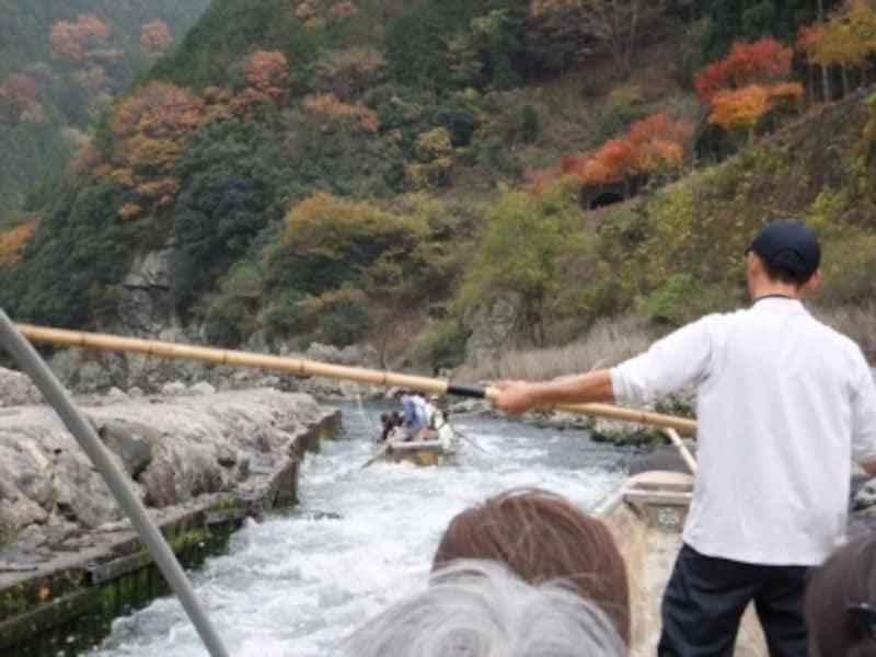 保津川下りの舟(2)/時には急流をスピードをあげて下ります