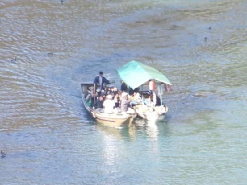 保津川下りの舟(3)/売店の舟が接近