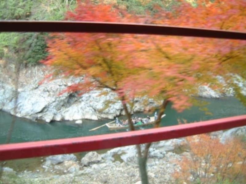 嵯峨野観光鉄道のトロッコ列車の車窓(2)/紅葉と保津川下りの舟