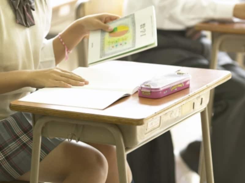 授業中の女子高校生