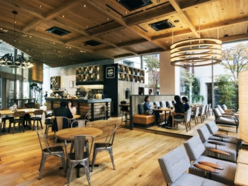 空間をゆったり使った、落ち着いたカフェ