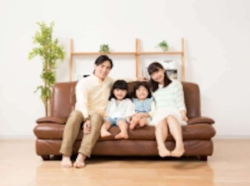 リビングで笑顔の家族