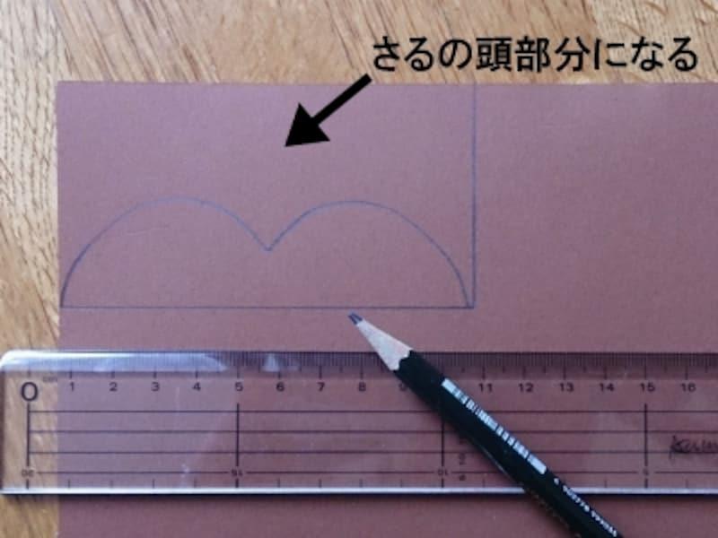 茶色の色画用紙をハガキに合わせて型どり
