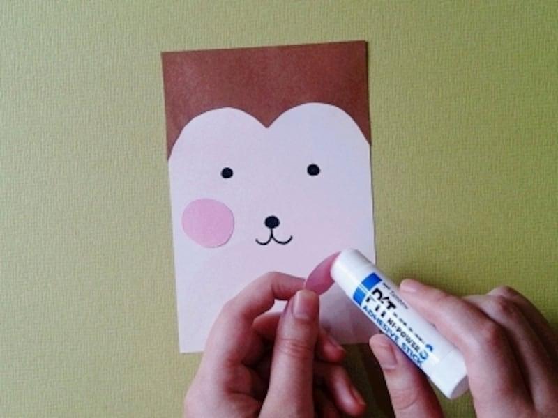 さるの顔を描き頬を貼る