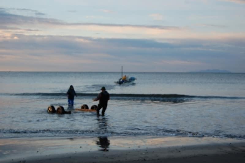 由比ヶ浜undefined出港する漁船