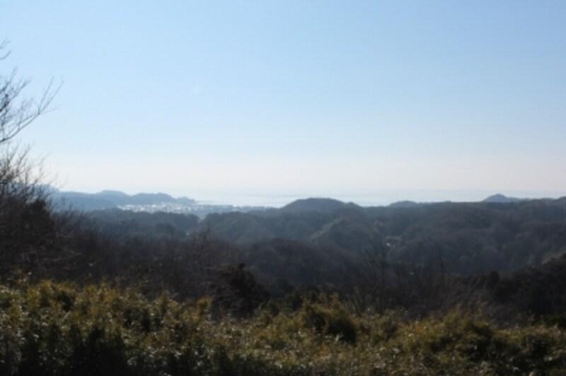 六国見山展望台からの眺望。六国見山の名前の由来は、相模、武蔵、安房、上総、下総、伊豆の六国を見渡すことができたことから