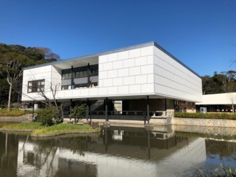 2016年3月に閉館した「神奈川県立近代美術館旧鎌倉館」は、現在、鎌倉をテーマに歴史・文化・自然などを紹介する「鎌倉文華館鶴岡ミュージアム」になっている