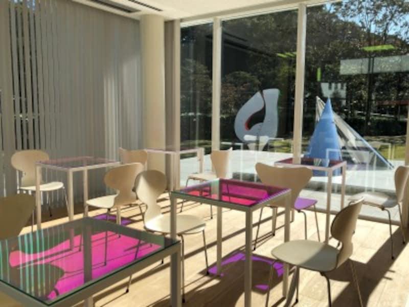 新設されたカフェからは庭園の屋外彫刻も見られる
