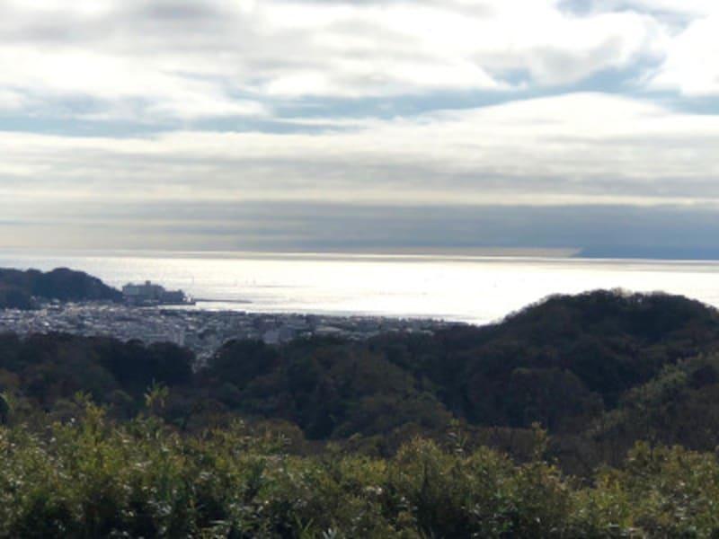 相模、武蔵、安房、上総、下総、伊豆の六国を見渡すことができたのが名前の由来とされる「六国見山展望台」からの眺望(2019年11月24日撮影)