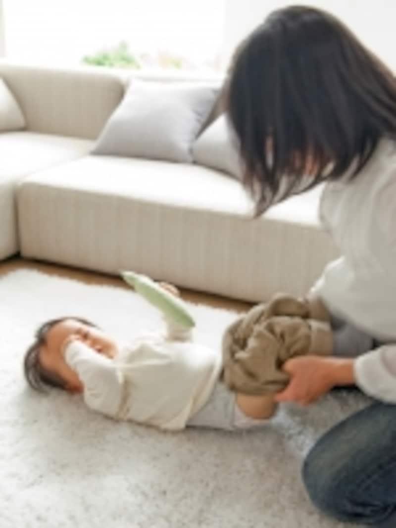 赤ちゃんを着替えさせるママ