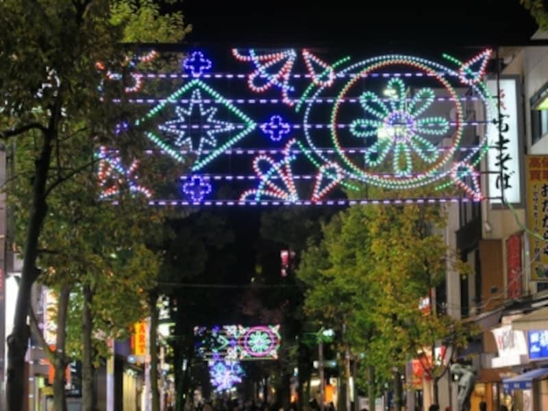 毎年カラフルなアーチ型イルミネーションが点灯する、イセザキ・モール(2015年11月21日撮影)