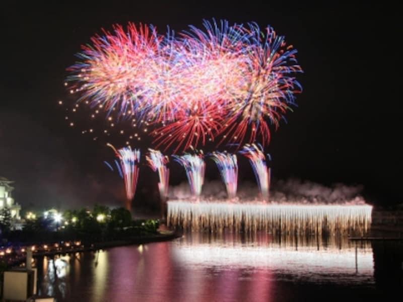 シーパラのオリジナル花火ショー「花火シンフォニア」はクリスマスカラーで打ち上げられます(画像提供:横浜・八景島シーパラダイス)