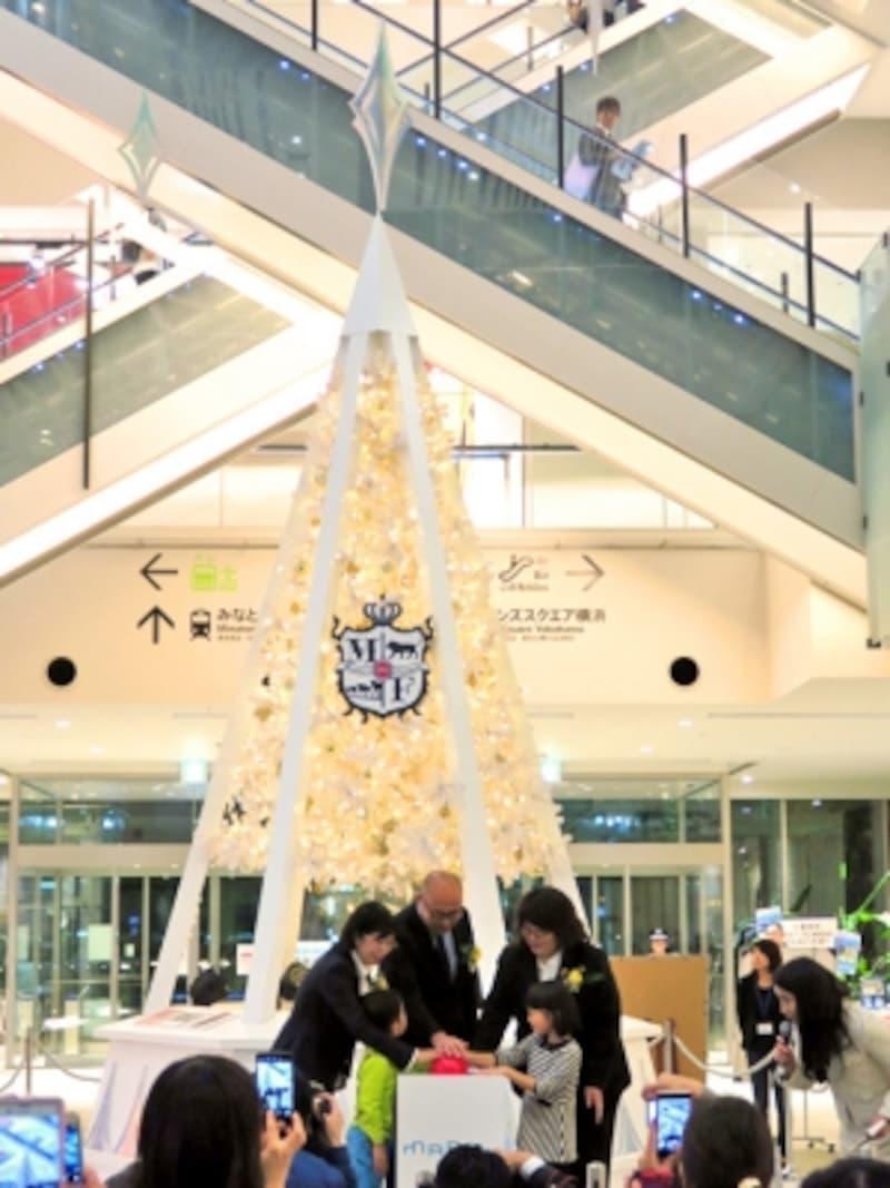 羽渕館長と近隣住民による、MARKISみなとみらいのスペシャルツリー点灯式(2015年11月11日撮影)