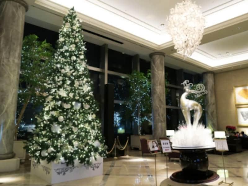 ホテル棟1階ロビーに高さ約6mのラグジュアリーなツリーが登場(2015年11月20日撮影)